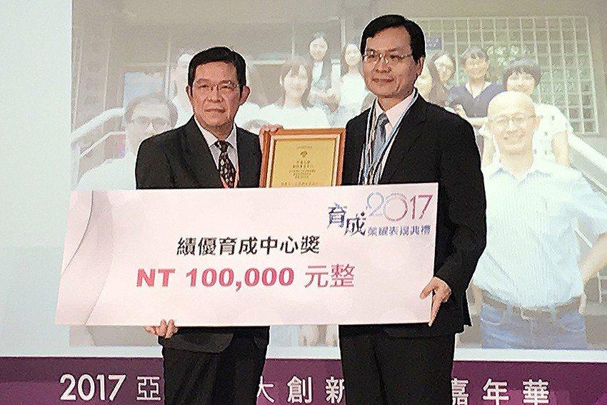 中原大學產學營運處產學長鍾財王(右)代表受獎。 中原大學/提供