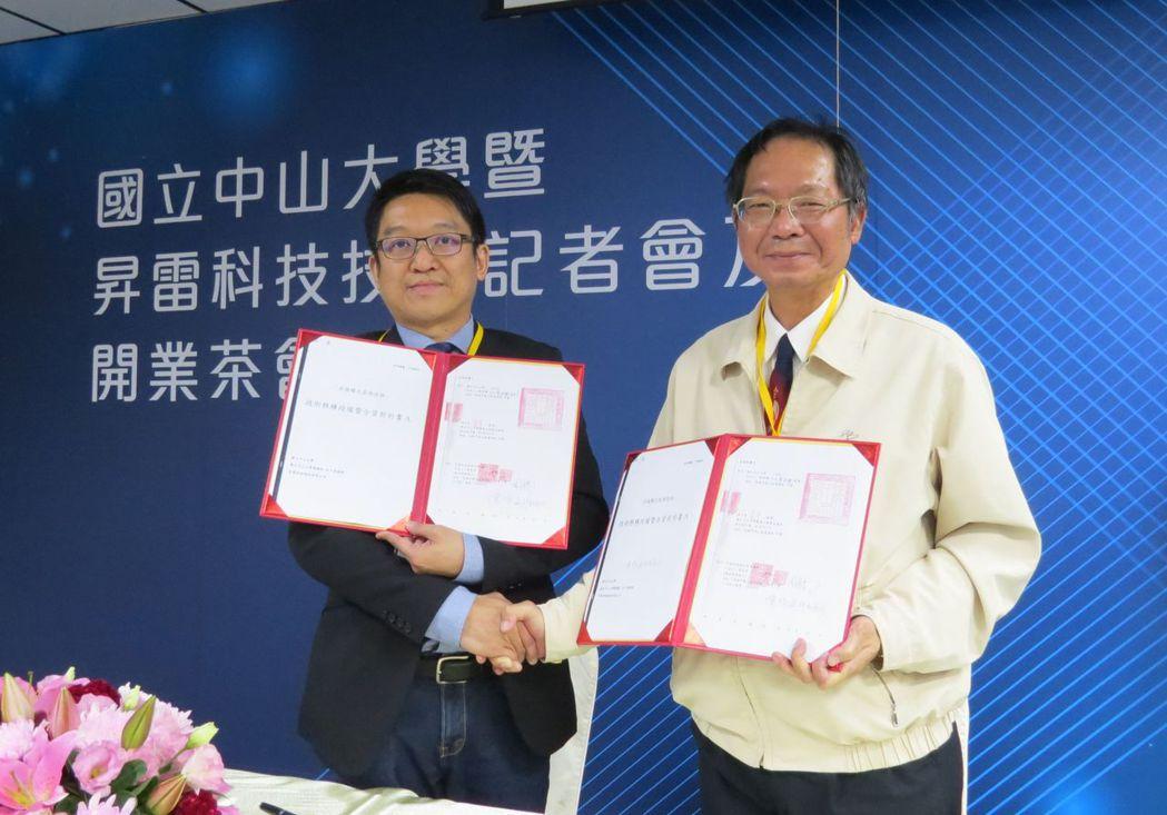 昇雷科技董事長周育良(左)與中山大學副校長陳陽益簽訂技轉合約。 李福忠/攝影