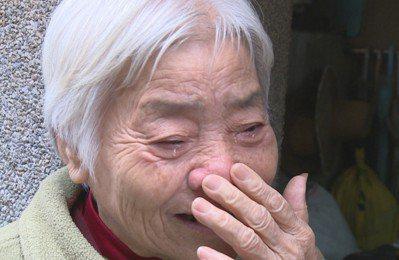 新竹市合作金庫竹塹分行24日發生槍擊搶案,50歲行員賴偉達不幸中彈身亡,他的伯母...