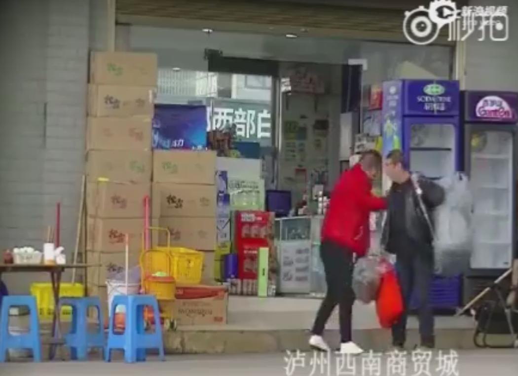 網友偷拍取證揭露商鋪如何碰瓷 禮盒會在顧客碰到之前自行掉落。 蘇妍鳳
