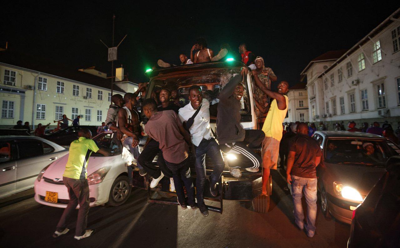 穆加比(Robert Mugabe)政權垮台,辛巴威人快樂迎接的一個立即好處,就...