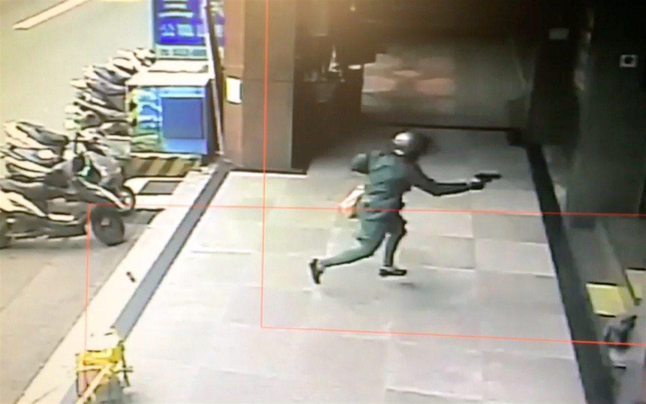 新竹市合作金庫竹塹分行槍擊搶案,潘姓嫌犯24日下午先搶奪一部廂型車後駕車到銀行前...