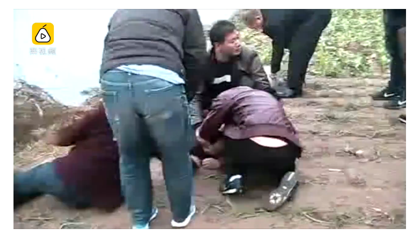 婦人跳河輕生,家屬悲痛欲絕。圖擷取自/梨視頻。