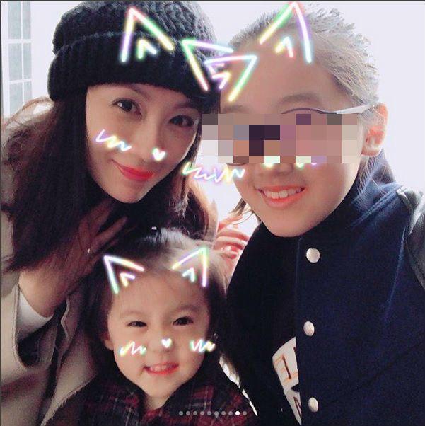 賈靜雯(左)帶著咘咘(中)到上海看梧桐妹(右)。 圖/擷自梧桐妹IG