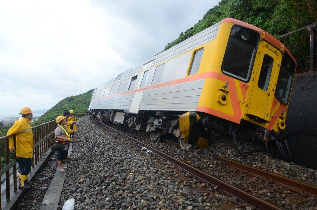 南迴鐵路台東大武二號隧道口土石崩落,覆蓋在鐵軌上,造成自強號列車撞上脫落出軌。攝...