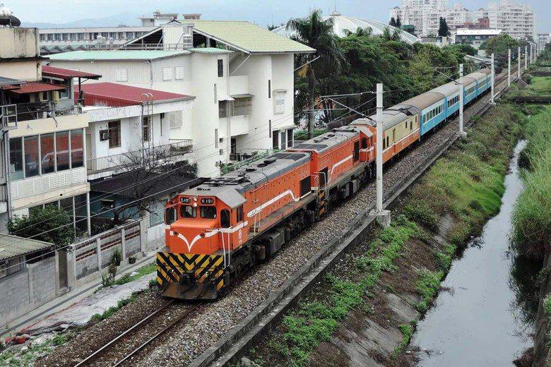 因南迴鐵路尚未電氣化,因此仍須使用柴油車載客。 圖/台鐵提供;攝影:徐邦堯