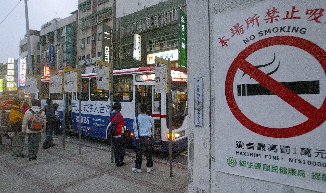公車站附近張貼「本場所禁止吸菸」的告示海報。聯合報資料照/記者王忠明攝影