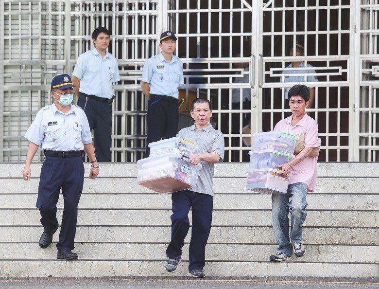 死囚鄭性澤(前排中),2016終於結束14年的羈押步出台中看守所。 圖/聯合報系...