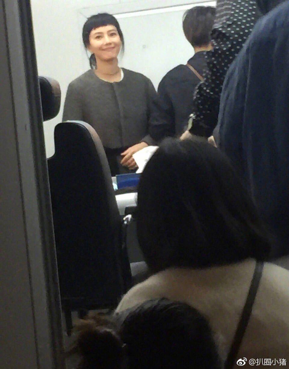 有網友在香港野生補獲高圓圓,還發現她換了個新髮型。圖/擷自扒圈小猪微博。