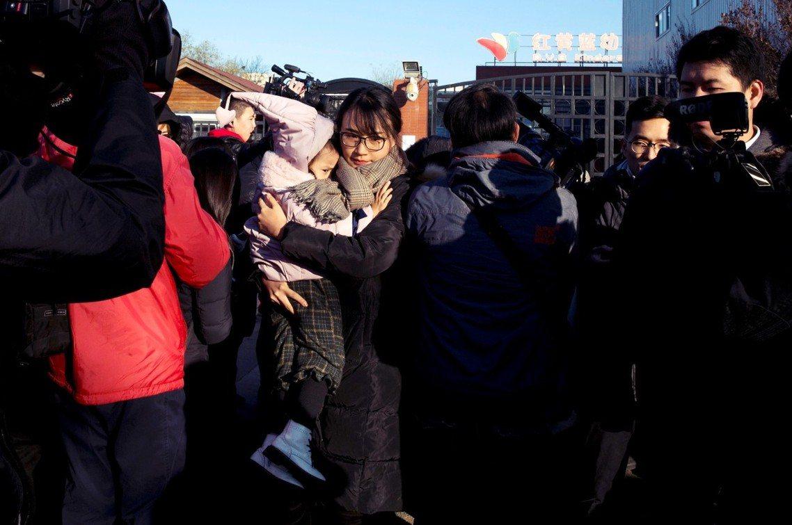 事發園區外,要求說法的北京家長。 圖/美聯社