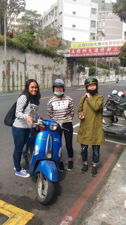 臺灣同學騎摩托車載佳達一同外出