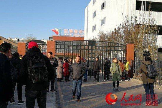 22日北京爆發一家知名幼兒園發生幼兒集體猥褻事件,讓許多家長相當氣憤聚集在幼兒園...