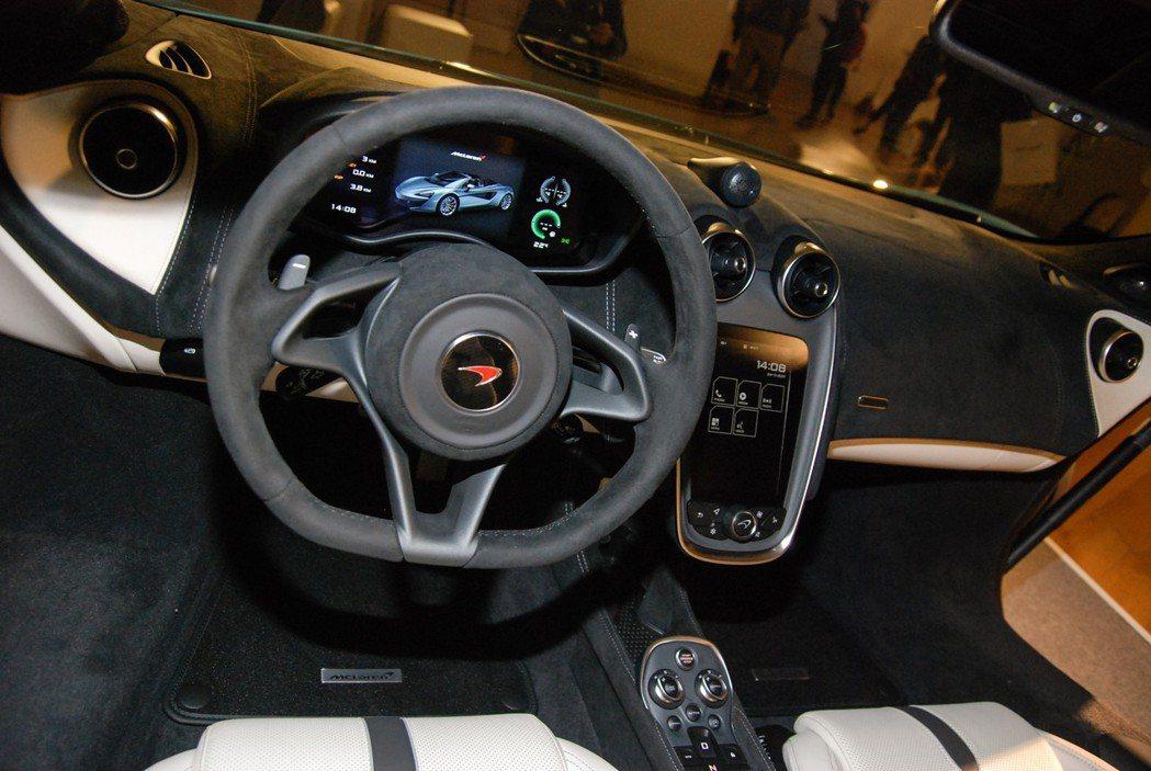 中空處並有7吋觸控式IRIS觸控面板。 記者林鼎智/攝影