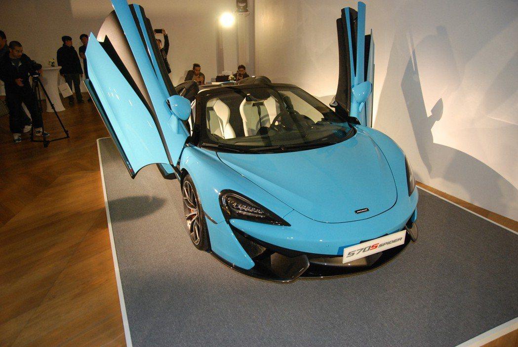 圖為 Curacao Blue車色的570S Spider。 記者林鼎智/攝影