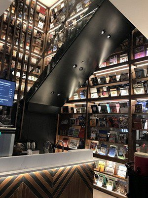 TSUTAYA BOOKSTORE空間設計很有質感。