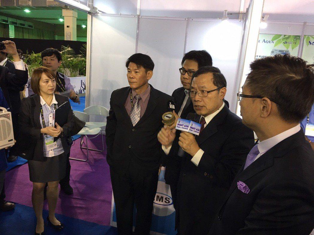 台水郭俊銘董事長向印度貴賓介紹智慧水表應用。 弓銓企業/提供