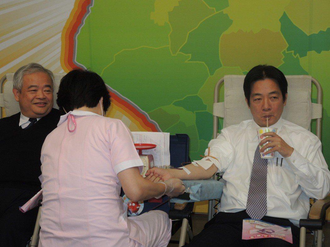 市長賴清德挽袖捐血,他邊捐血邊喝飲料補充水分。 圖/報系資料照片