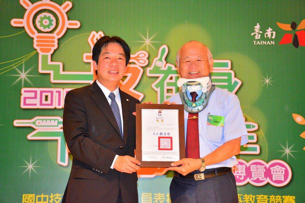 賴清德頒發技優人員給後甲國中校長李耀斌,以他抱病出席向學生表達這就是負責的表現。...