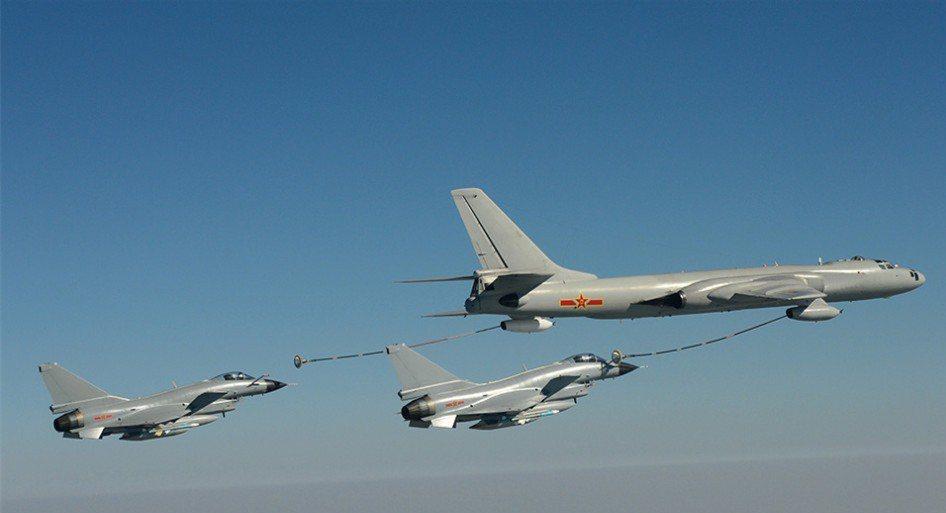 一架轟油六同時替兩架殲十加油。 圖/引自中華網