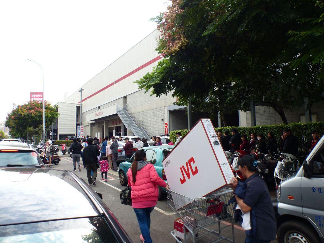 台中好市多黑色購物節昨天開賣湧現人潮,排隊等候進場的車潮佔據機車道,造成附近交通...