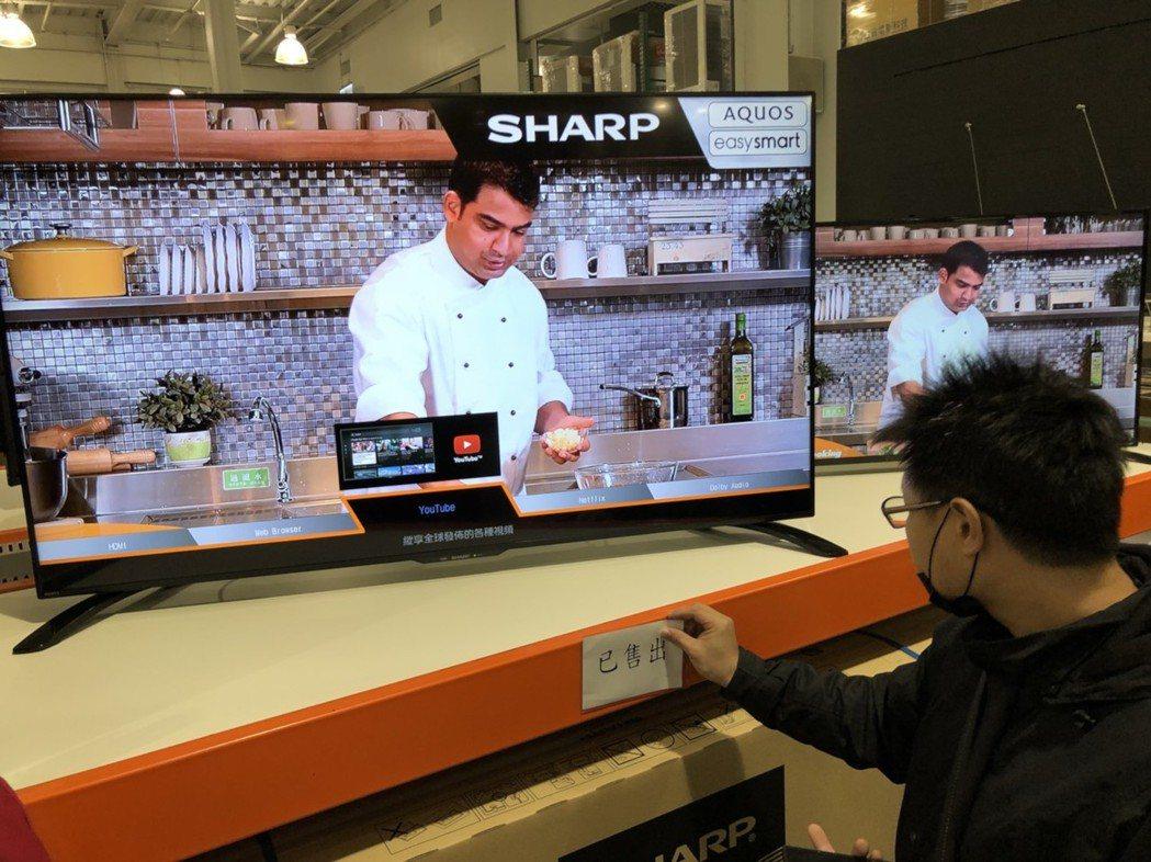 美式賣場好市多首次在台推出黑色星期五購物促銷,買38499元的60吋夏普電視,送...
