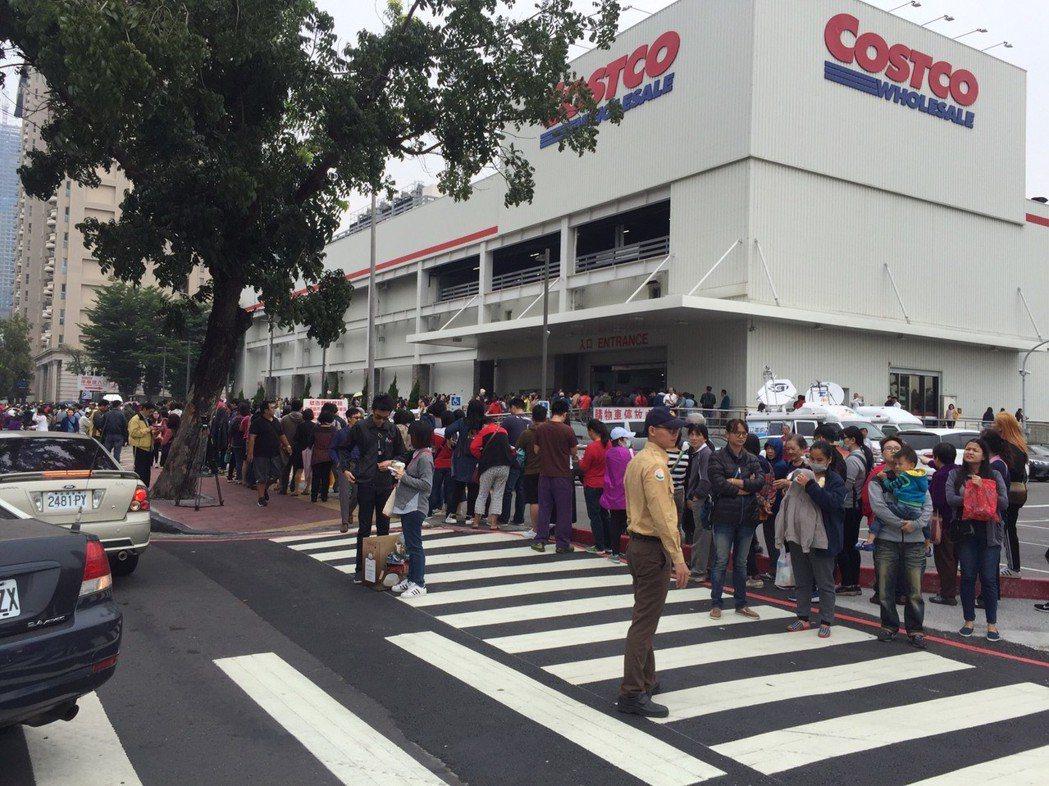 好市多高雄中華店昨天排隊人潮多,警方也在旁協助。 記者林保光/翻攝