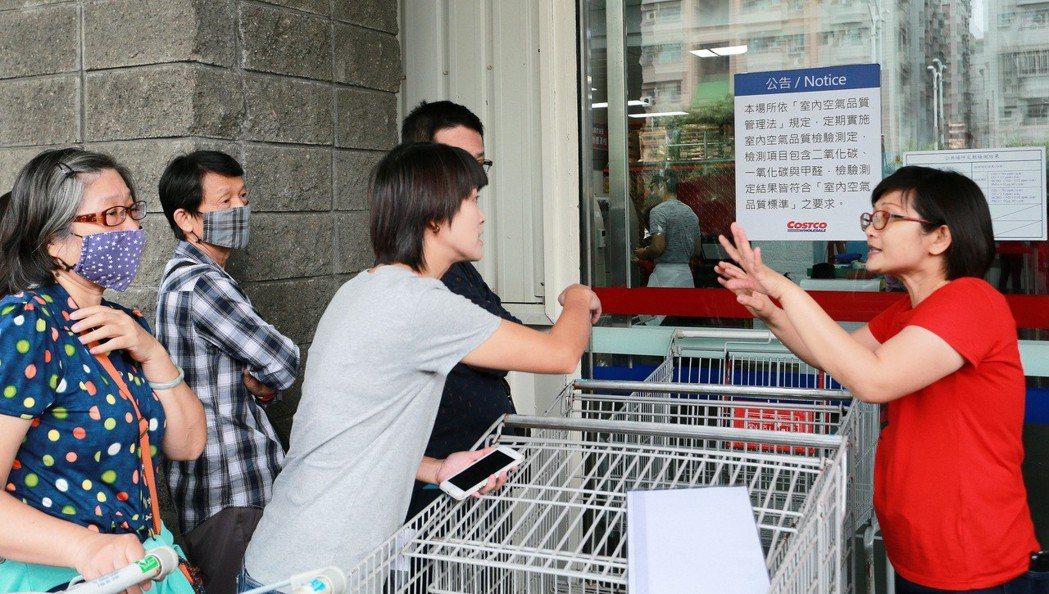 好市多首次舉辦「黑色購物節」活動,高雄中華店昨天吸引大批民眾前往「朝聖」,由於人...