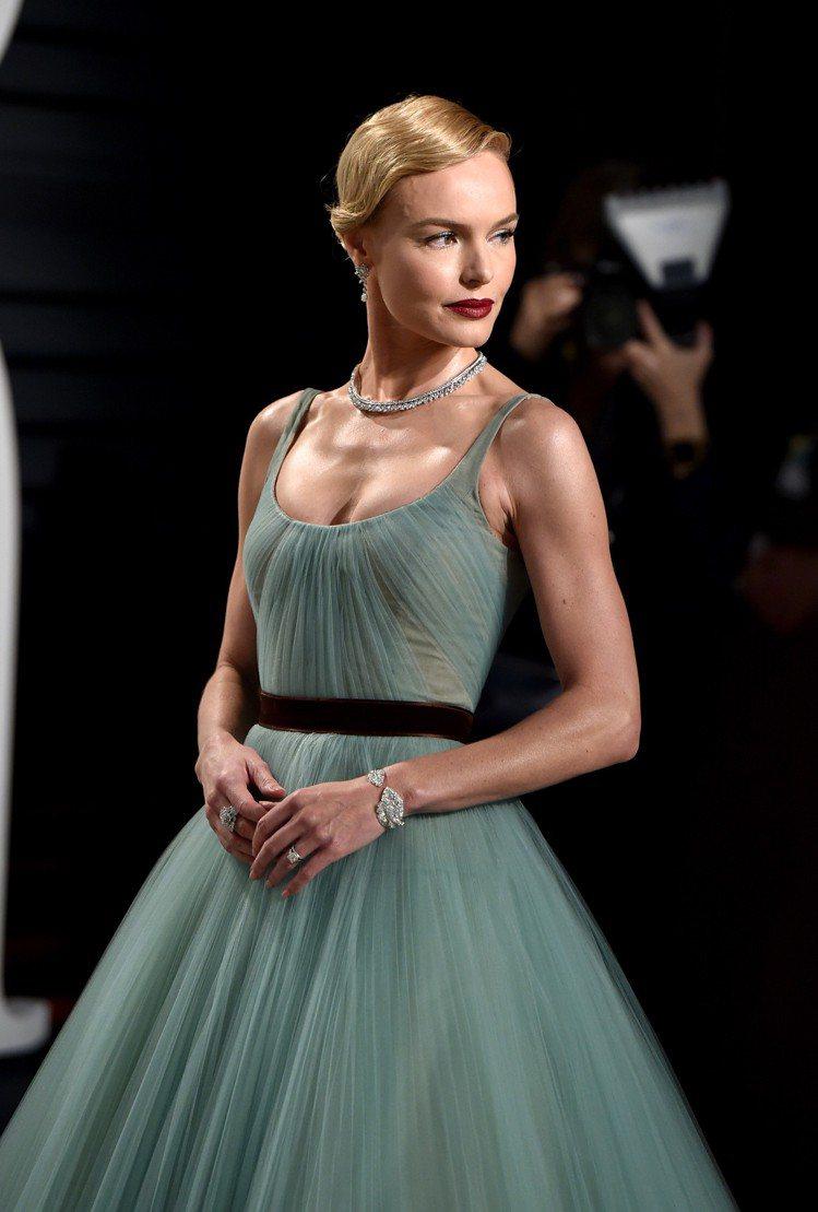 凱特柏絲沃(Kate Bosworth)出席2017奧斯卡金像獎時配戴伯爵鑽石項...