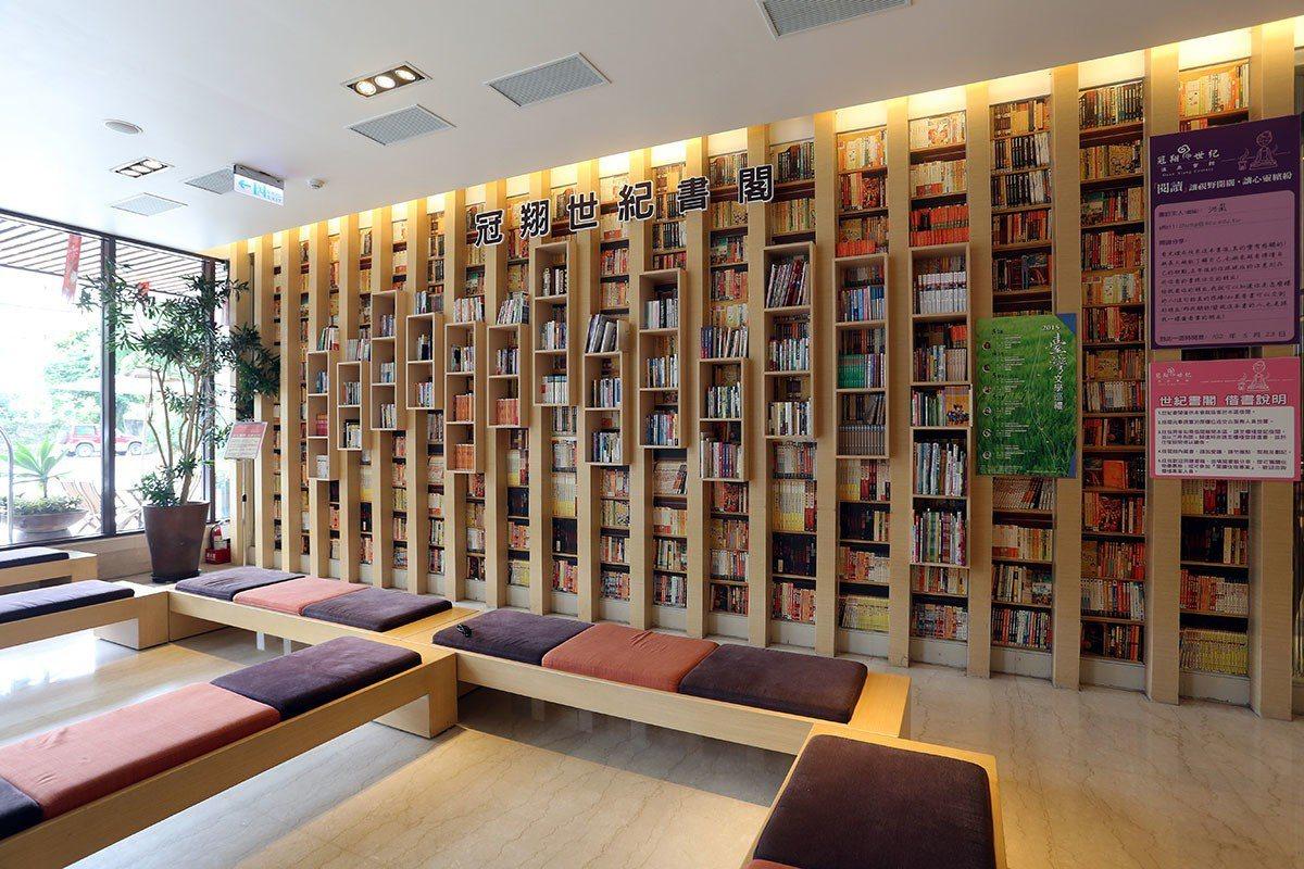 世紀書閣」的書牆,是會館希望大家沉澱心情,靜下心來感受書本的溫度而刻意打造,也是...