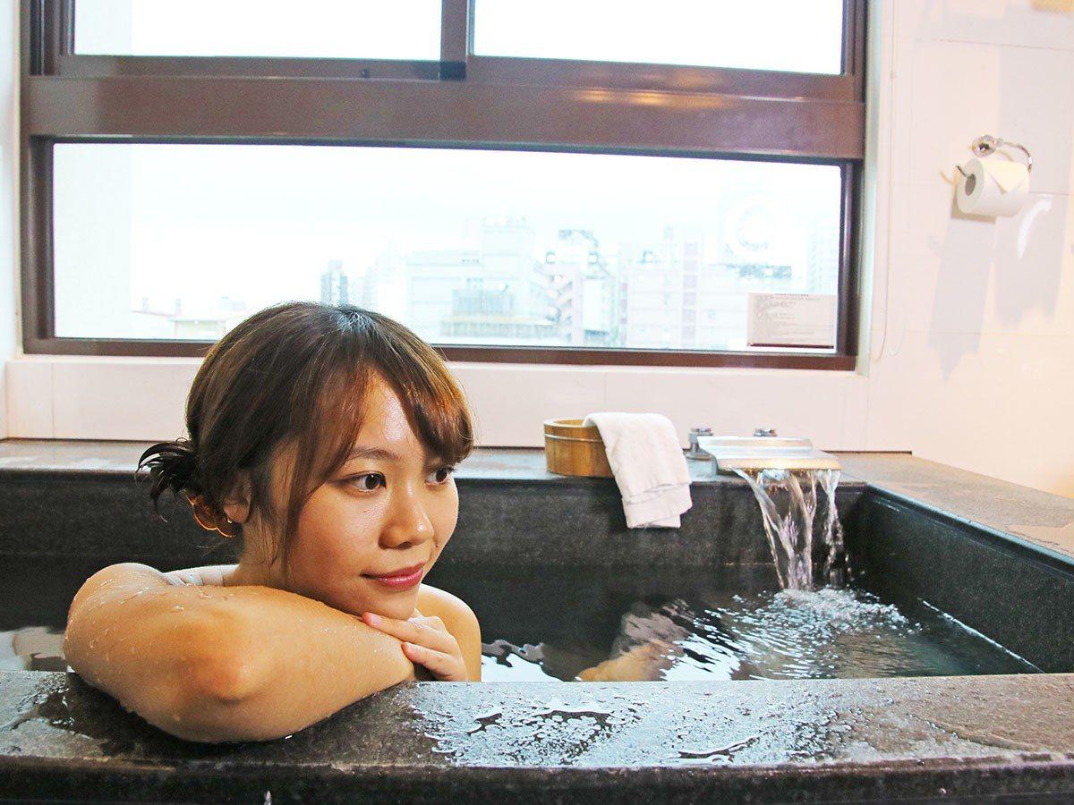 在湯屋中以檜木勺澆淋溫潤泉水,洗滌旅途疲憊。