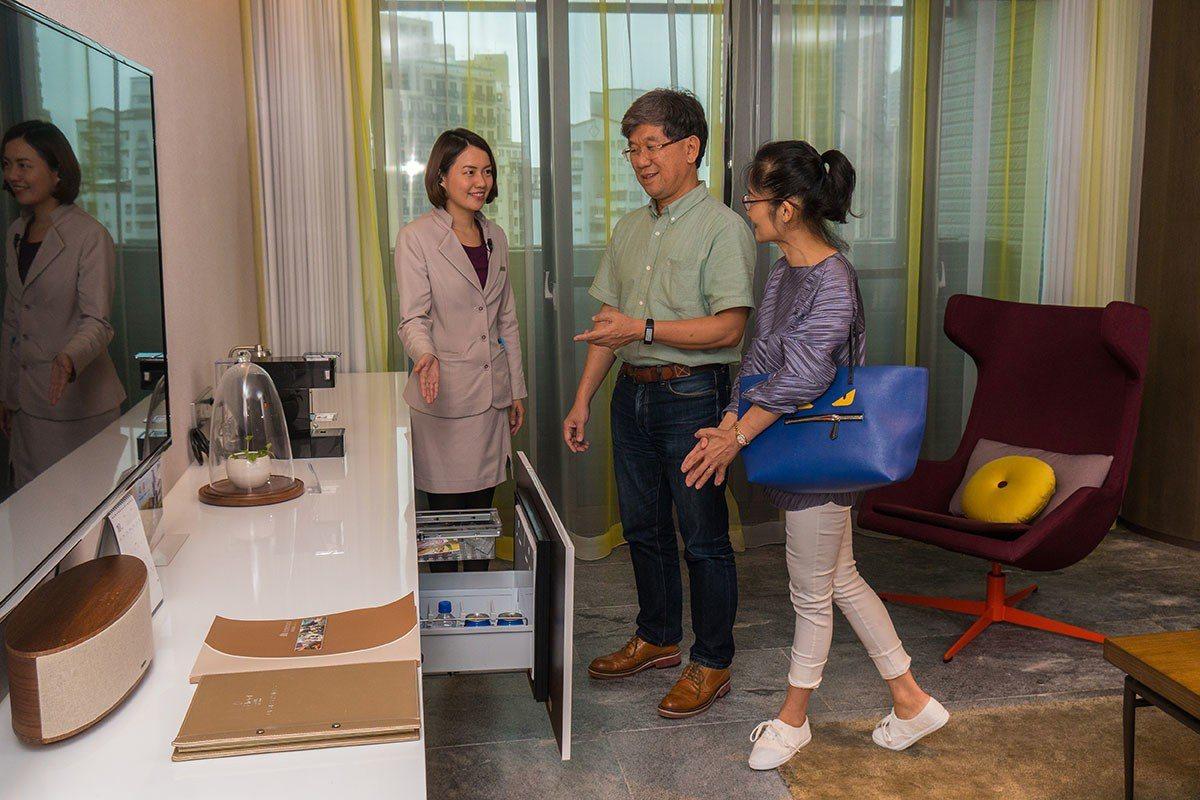 Check in 時有禮賓服務介紹房內各項設施。