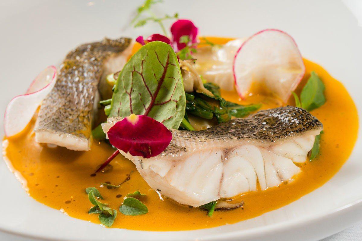 清蒸野生鮮魚、淡味蝦湯、草山綠色蔬菜組成的主菜,口感鮮美健康無負擔。