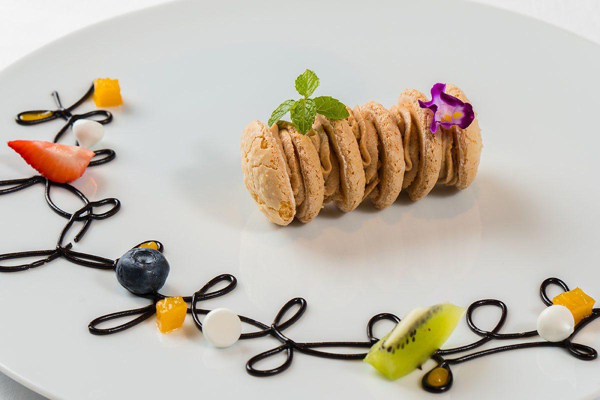 焦糖風味琥珀達克瓦茲為套餐劃下完美句點。