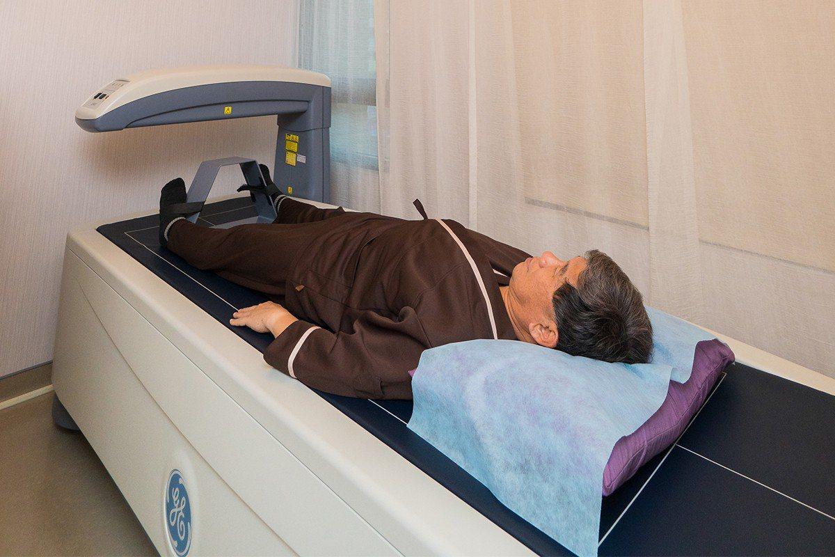 骨質密度檢測由檢驗師操作並現場分析解說。