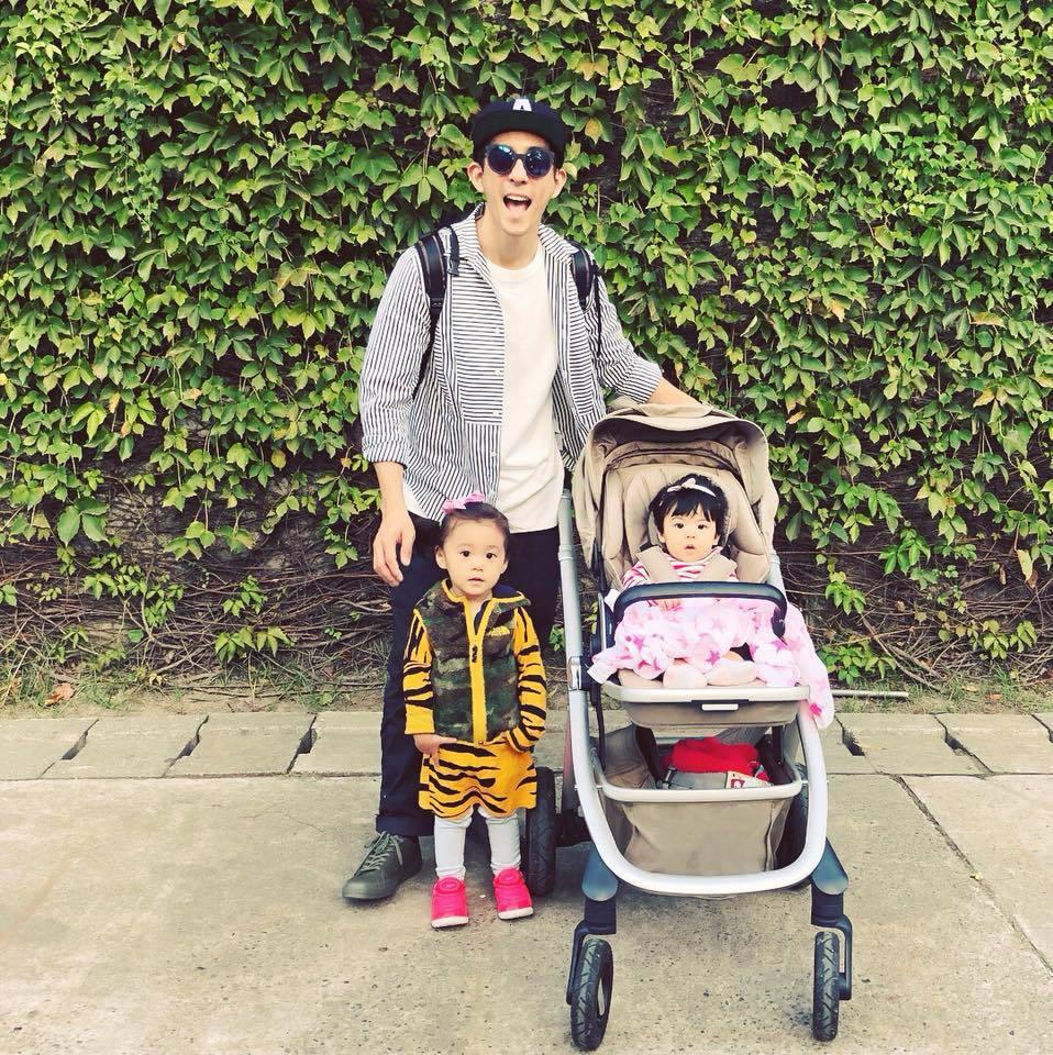修杰楷(後)與兩個女兒咘咘(前左)、Bo妞。圖/摘自臉書
