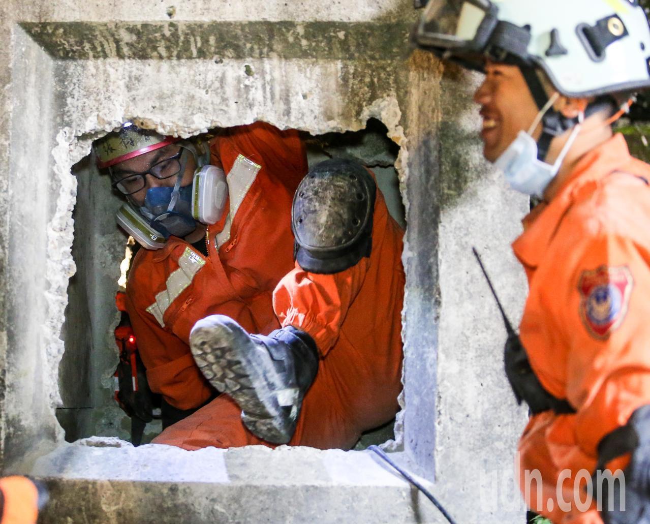 搜救隊模擬民眾受困斷垣殘壁間,在狹隘的隙縫中進行救援任務。記者鄭清元/攝影