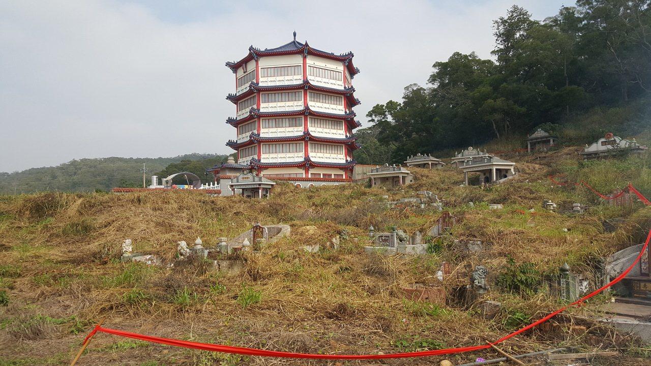 苗栗縣西湖鄉籌建的第二座納骨塔,用地就在首座納骨塔「懷恩塔」旁。記者胡蓬生/攝影