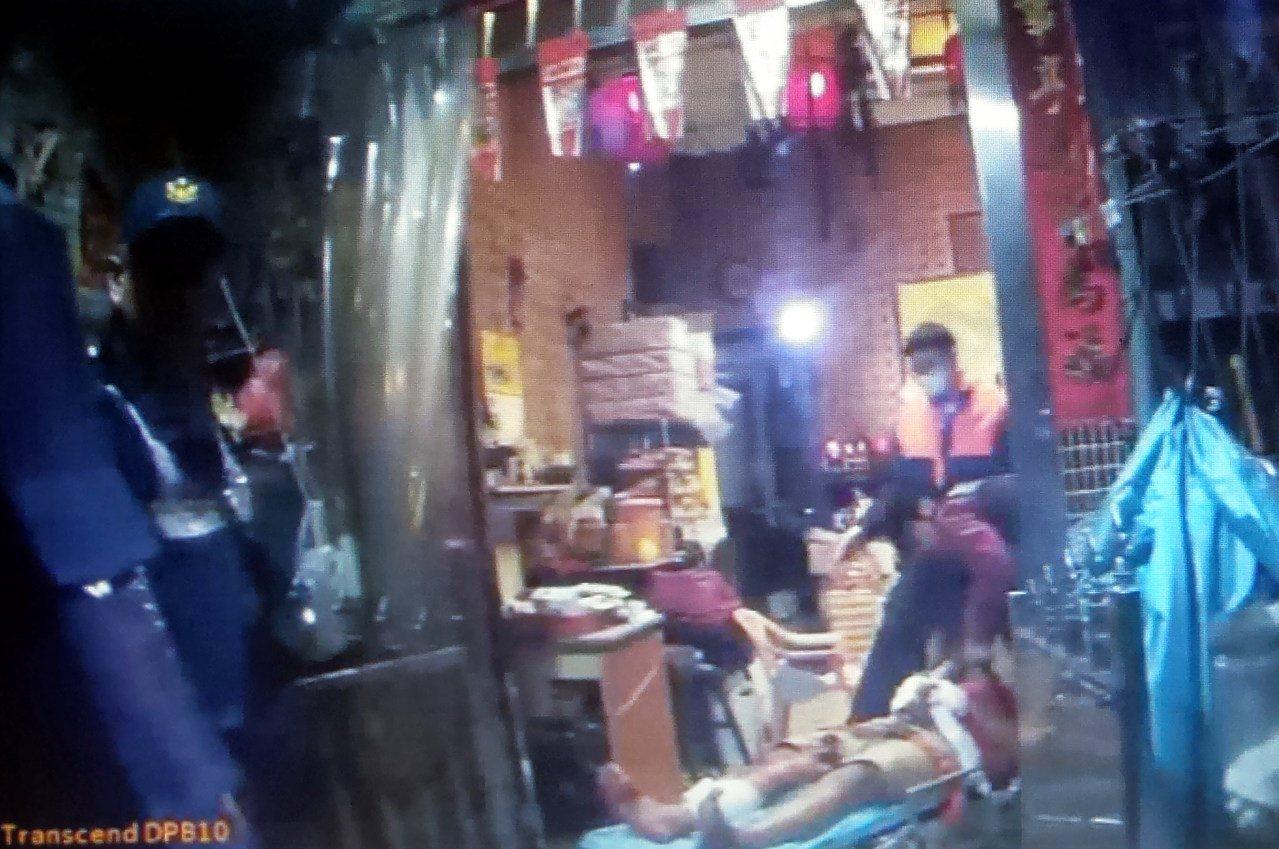 警、消防員將受傷的王姓男子送醫。記者林保光/翻攝