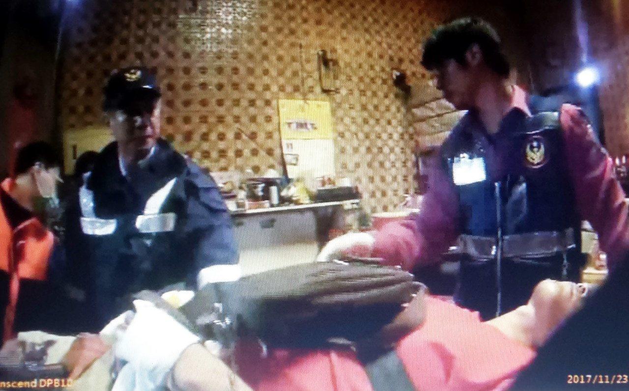 警、消防員將手、腳多處刀傷的王姓男子送醫。記者林保光/翻攝