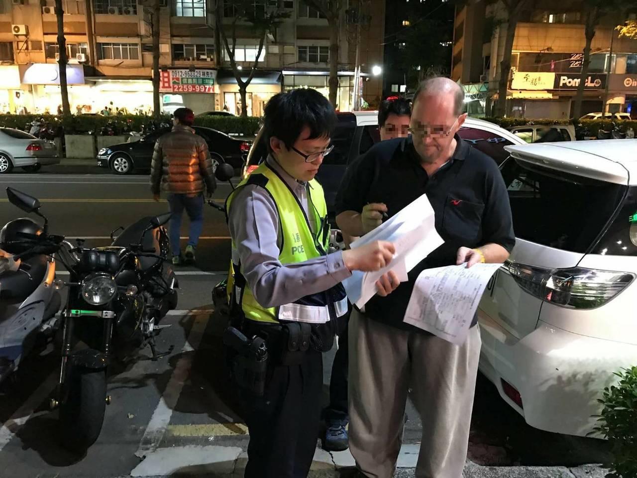 美國補教師班頓(右)的機車遭竊,台中市第六警分局女警劉雅綸(左)在逢甲商圈尋獲,...