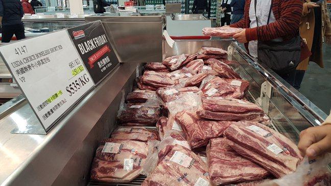 美國無骨牛小排真空包每公斤便宜150元,特價一公斤535元。記者王韶憶/攝影