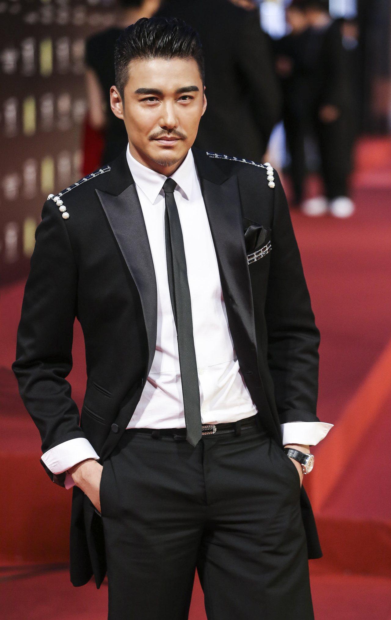 2014年胡兵出席上海電影節配戴Gouverneur 18K白金鑽石計時腕表。圖...