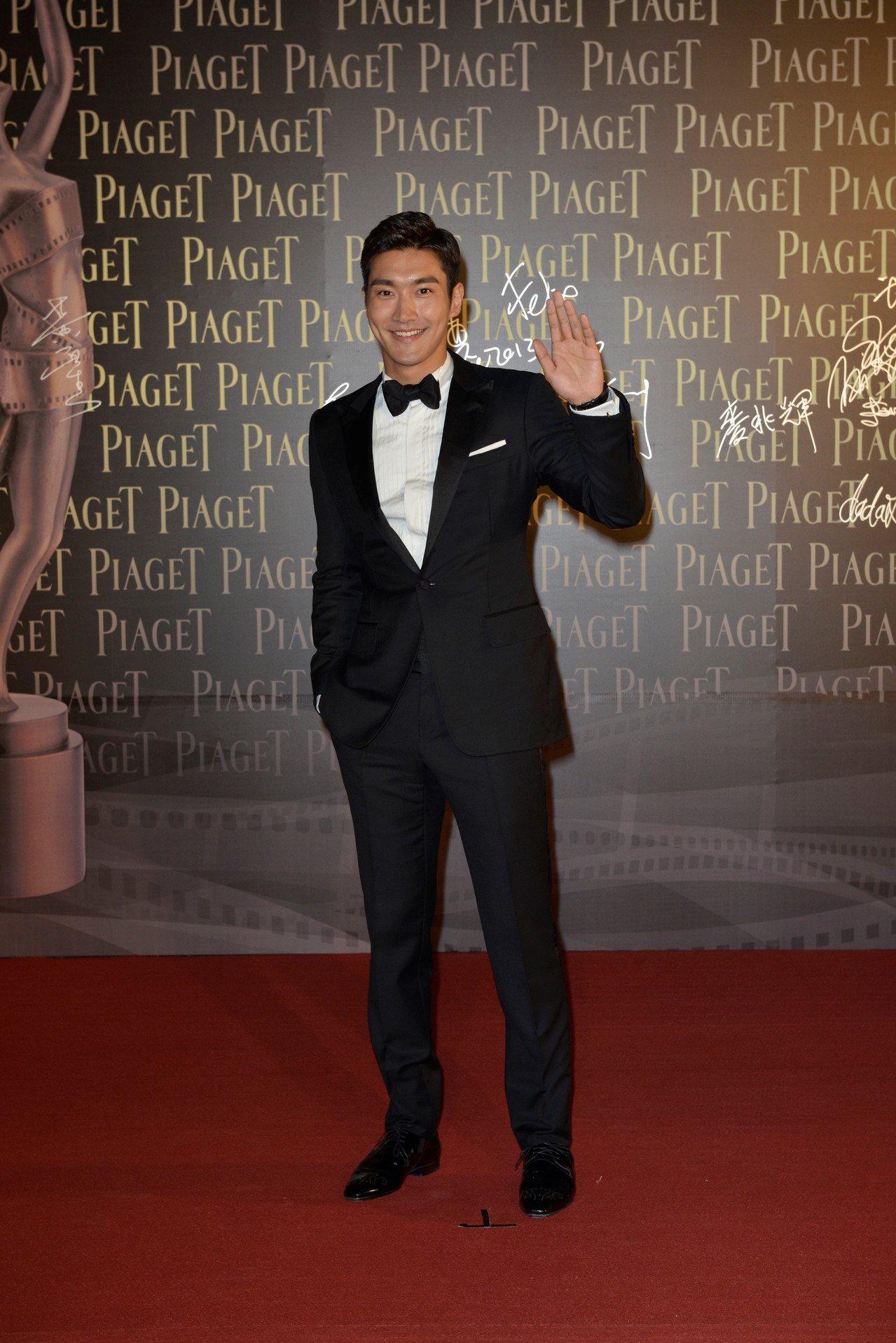 崔始源配戴Gouverneur 18K白金鑽石計時腕表出席2013年香港金像獎。...