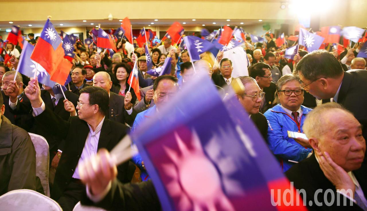 國民黨上午舉辦建黨慶祝大會,現場湧入近千黨員,不時揮舞國旗高喊生日快樂。記者杜建...