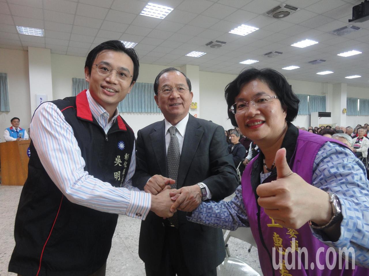 國民黨登記縣長黨內初選的王惠美(右)、吳明哲(左),和中央黨部副秘書長杜建德握手...