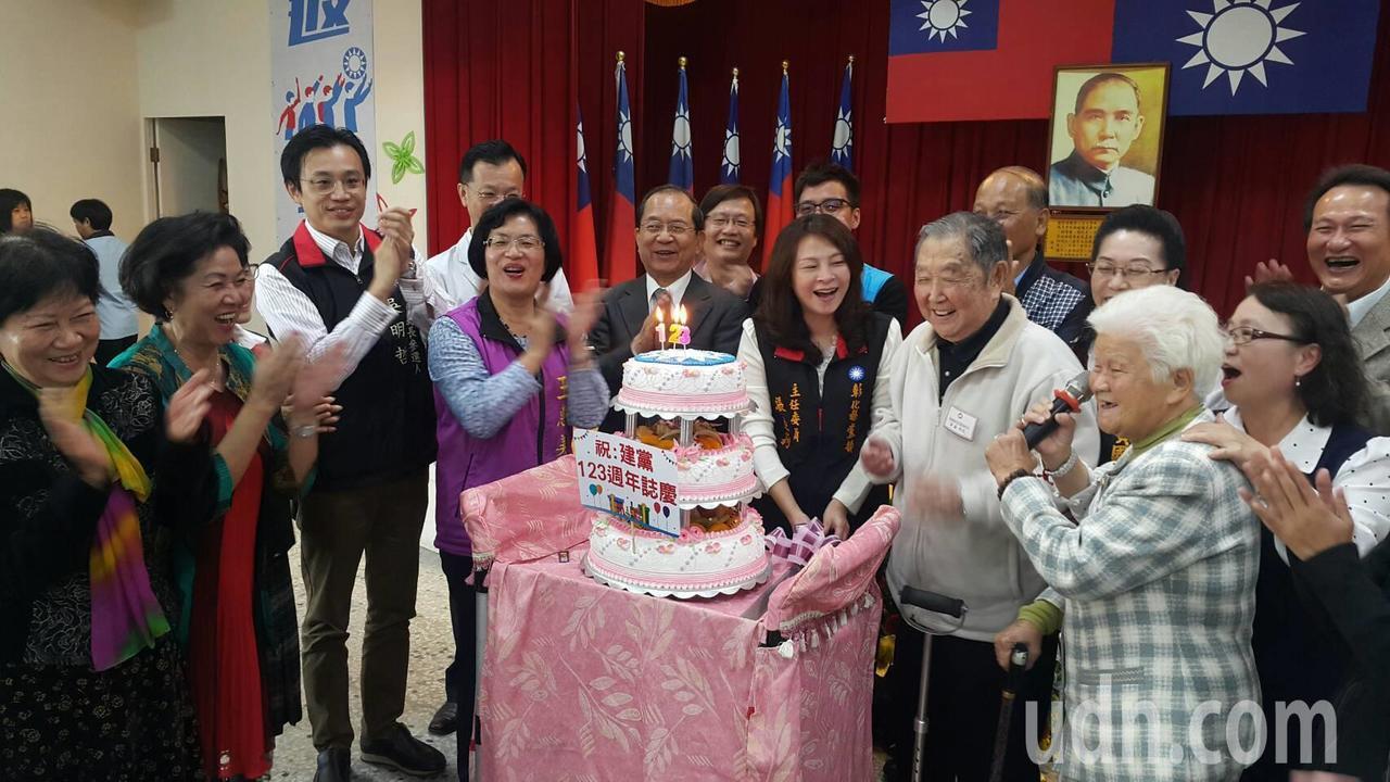 中國國民黨彰化縣黨部今天切蛋糕慶祝黨慶,。記者簡慧珍/攝影