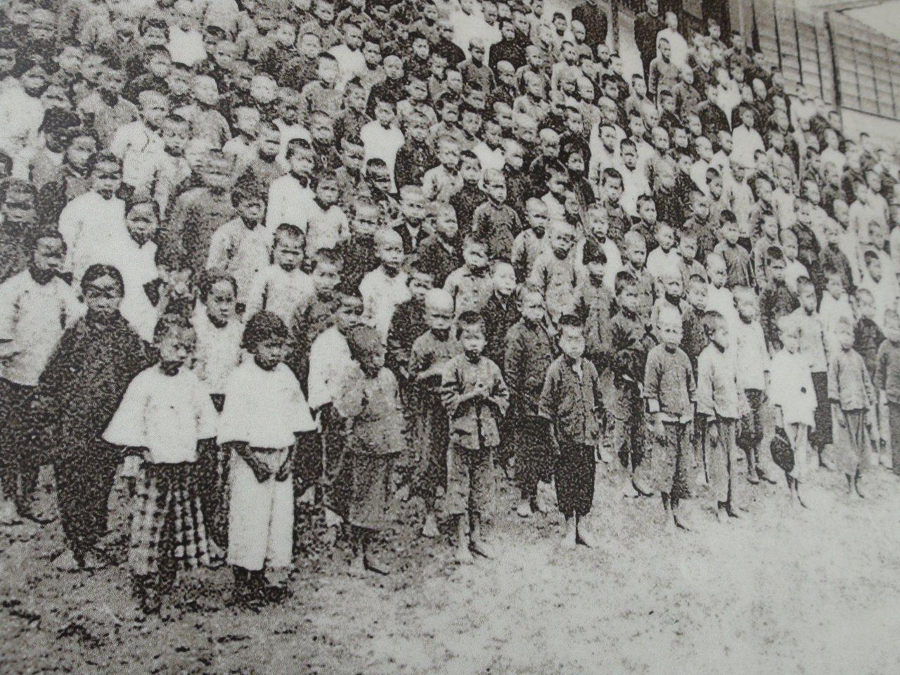 雲林縣林內國小將於下周慶祝創校一百周年,這次校慶校方蒐集許多老照片,其中一張日據...