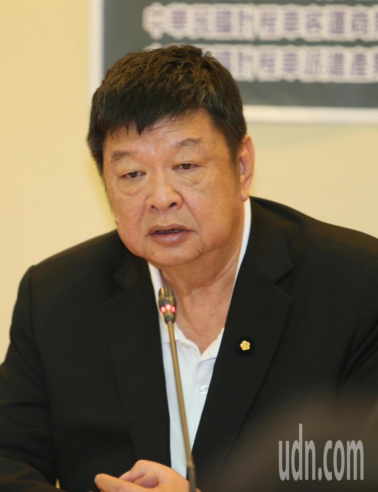 立委陳雪生下午舉行反UBER以「合法掩護非法」、「逃稅欠款卻繼續經營」記者會,現...