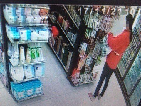 超商女慣竊袋子塞滿贓物,路見不平顧客通報店員。記者游明煌/翻攝