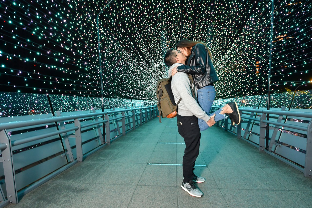 新北歡樂耶誕城最夯的「藍色時光隧道」,是情侶間最愛的拍照打卡地點。圖/新北觀旅局...